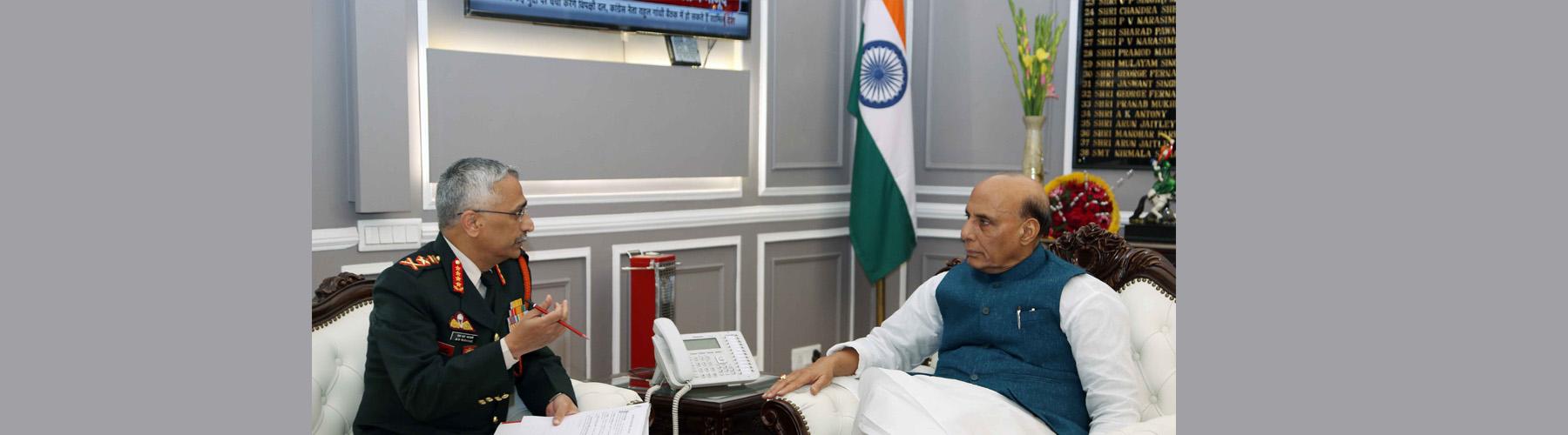 सेनाध्यक्ष जनरल मनोज मुकुन्द नरवणे सोमवार 13, जनवरी 2020 को नई दिल्ली में रक्षा मंत्री श्री राजनाथ सिंह से मुलाकात करते हुए।