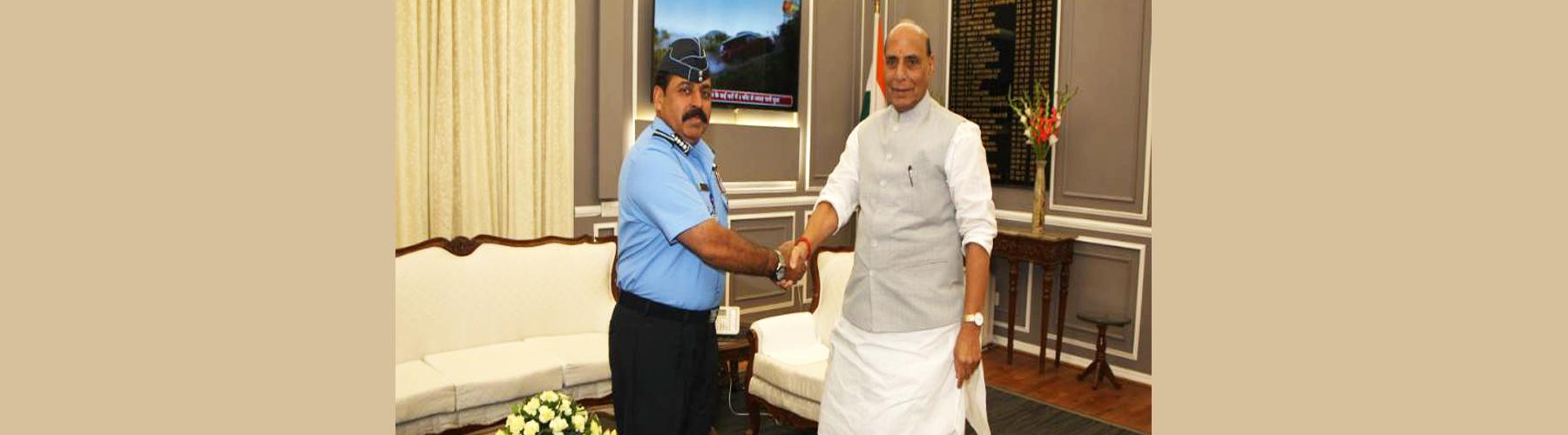 वायु सेना प्रमुख का कार्यभार संभालने के पश्चात एयर चीफ मार्शल राकेश कुमार सिंह भदौरिया 30 सितंबर 2019 को नई दिल्ली में रक्षा मंत्री श्री राजनाथ सिंह से भेंट करते हुए।