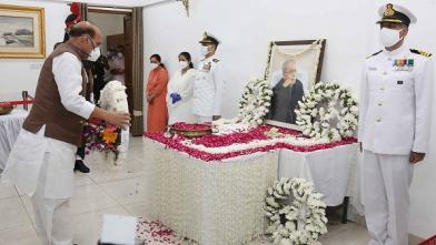 रक्षा मंत्री श्री राजनाथ सिंह मंगलवार 01 सितंबर 2020 को नई दिल्ली में पूर्व राष्ट्रपति प्रणब मुखर्जी को अंतिम श्रद्धांजलि अर्पति करते हुए।